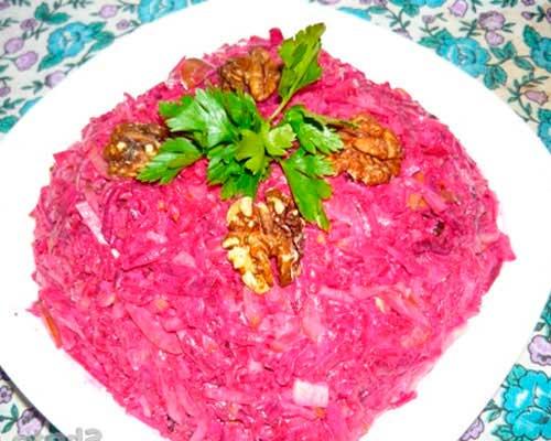 Салат с жареными солеными огурцами и свеклой